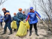Спецдесант для Ладоги: в акции «Чистый берег» в Ленобласти приняли участие спецпредставитель президента и глава МЧС