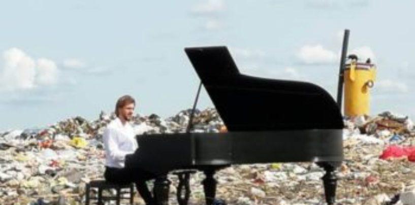 Пианист из Петербурга играл на рояле на городской свалке