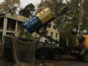 В Левашово «отказались» от раздельного сбора мусора: водитель сбросил все в один контейнер