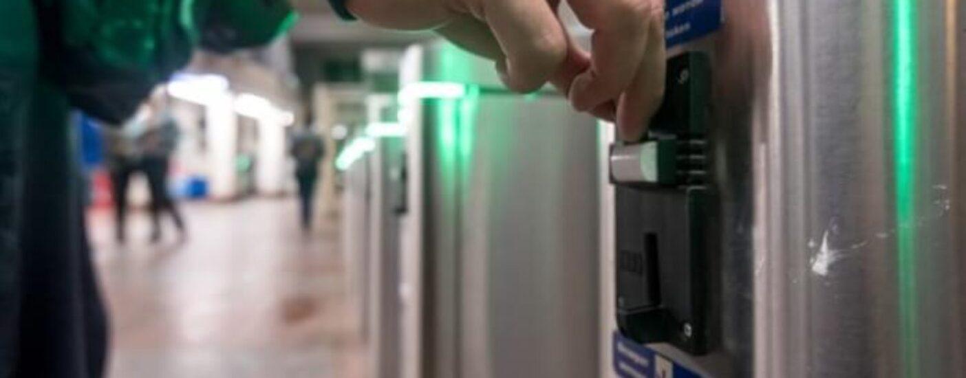 Подайте на проезд: петербуржцы научились экономить на дорожающем метро