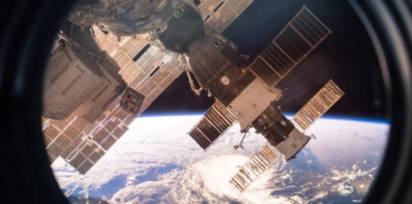 Астронавты МКС показали, как можно выбрасывать космический мусор со станции (все сгорит в атмосфере)