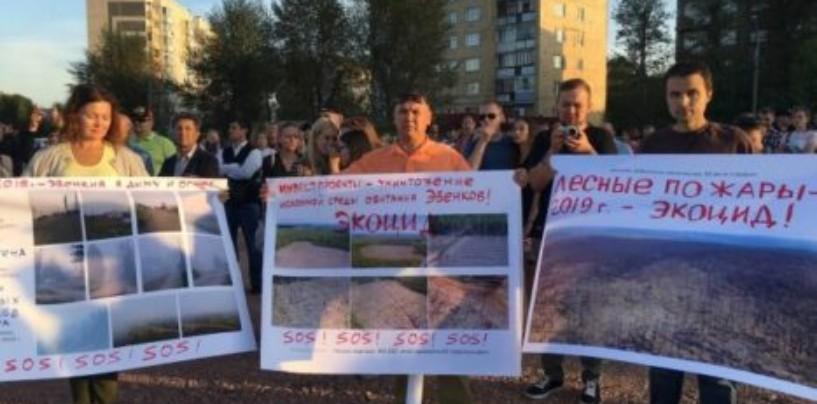 В Красноярске в сквере Космонавтов 22 августа прошел митинг за отставку губернатора региона Александра Усса.